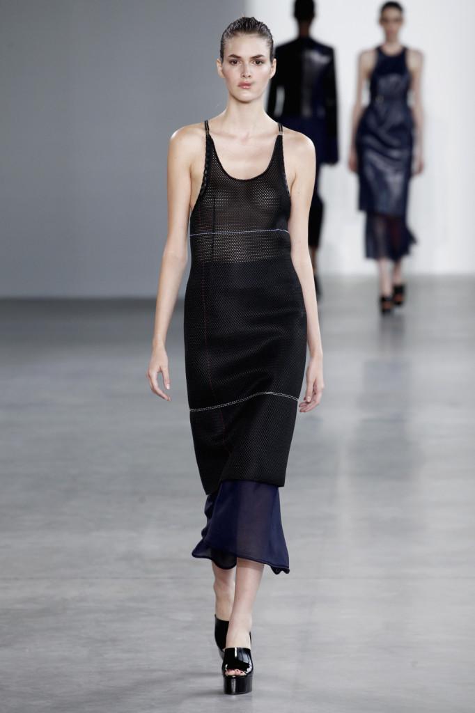 Calvin Klein, NYFW, Primavera-estate 2015: vestito-canotta in pelle traforata con lavorazione a rete e trasparenze, la longuette velata spunta a 3/4 fino a toccare la caviglia