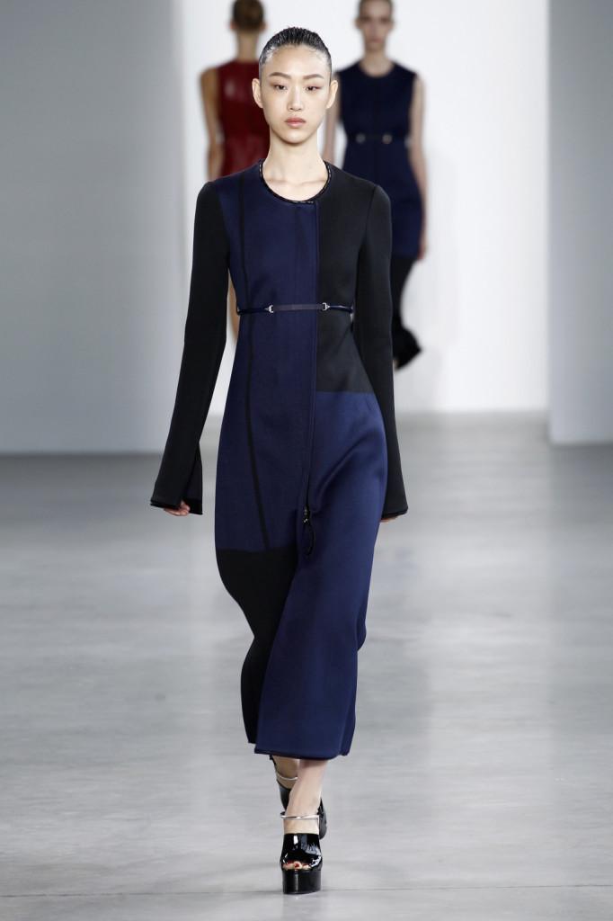 Calvin Klein, NYFW, Primavera-estate 2015: abito-cappotto senza collo, con pannelli blu e neri e maniche oversize, taglio impero
