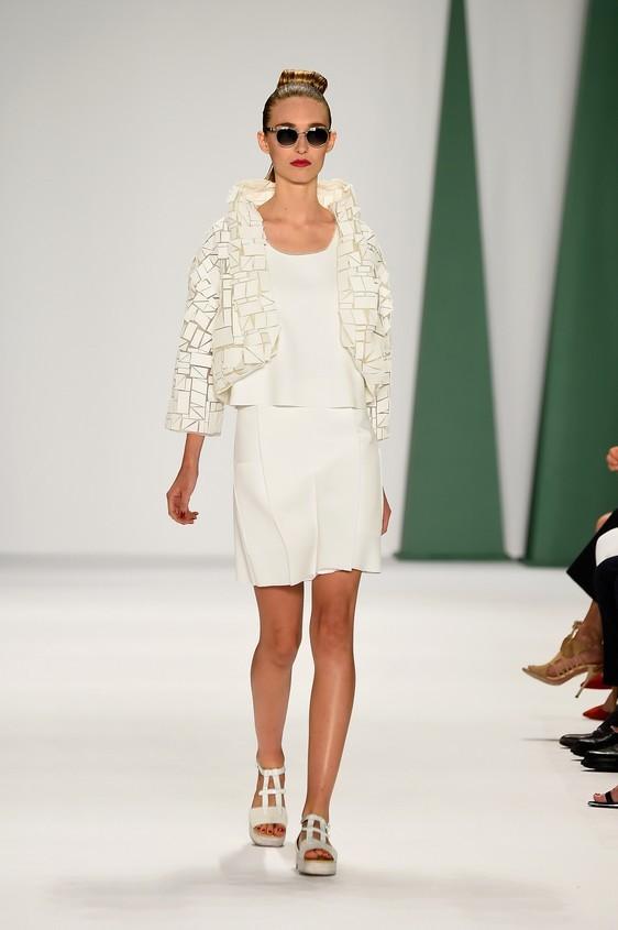 Look in total white con: blusa, giacca con dettagli e gonna corta
