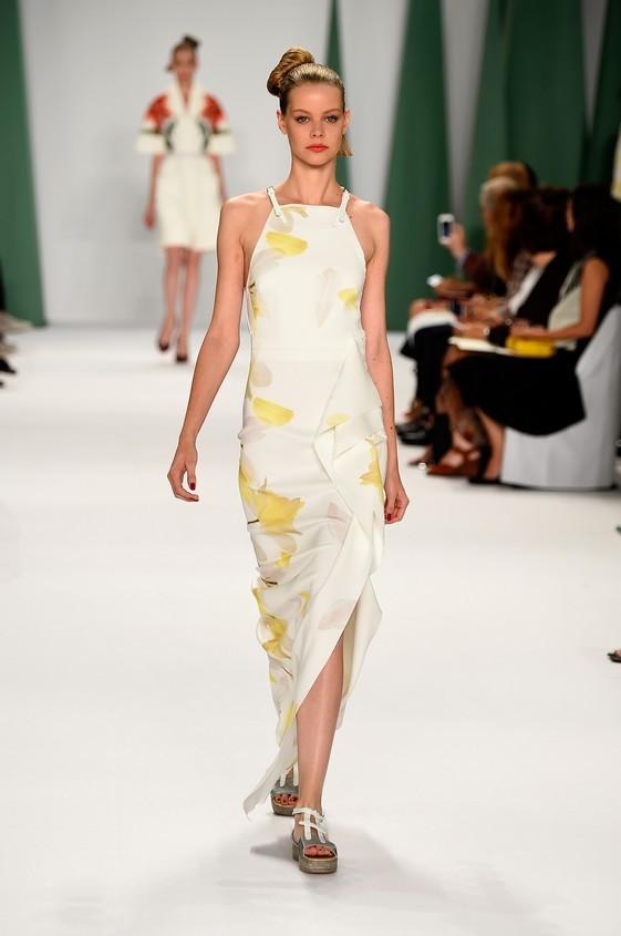 Long dress stampato nella nuance bianco con fiori gialli