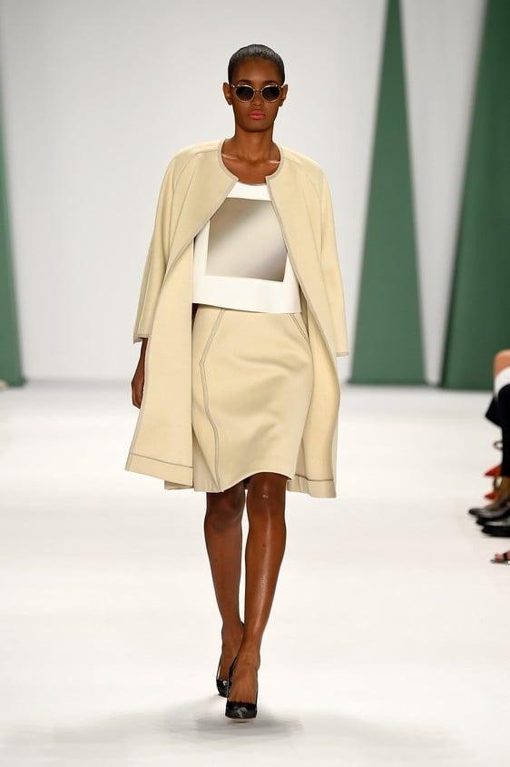 Completo composto da: giacca beige, blusa e gonna