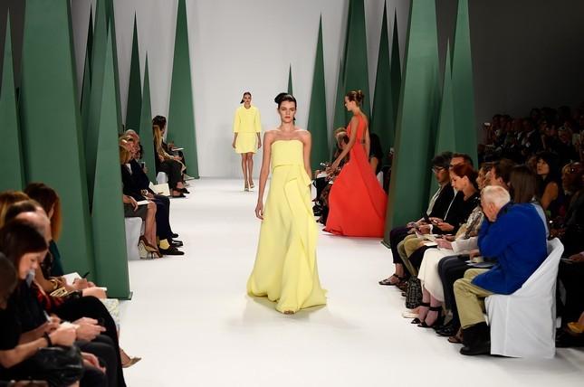 Abito lungo color giallo limone, sfila alla NWFW per Carolina Herrera