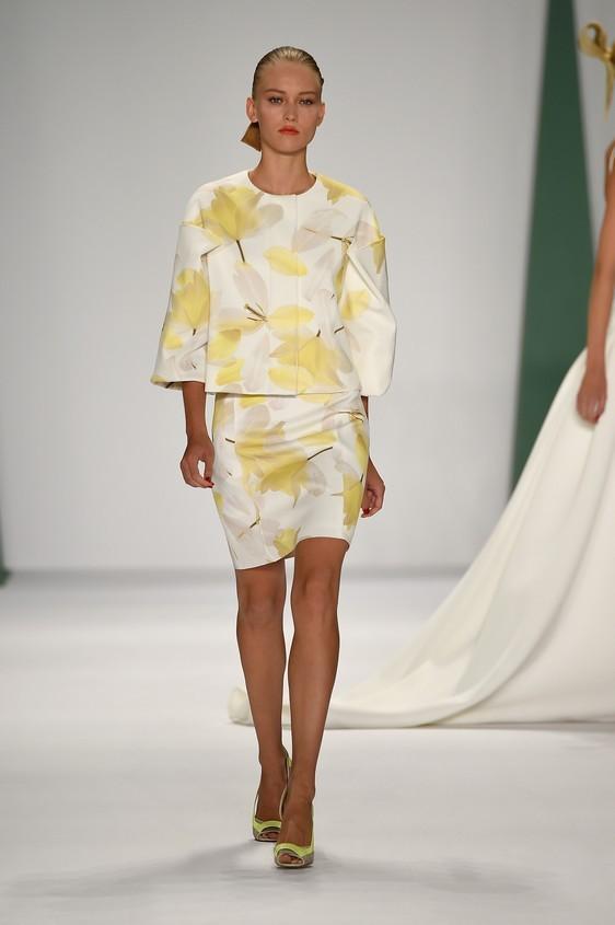 Blusa abbinata ad una gonna attillata, con stampa floreale