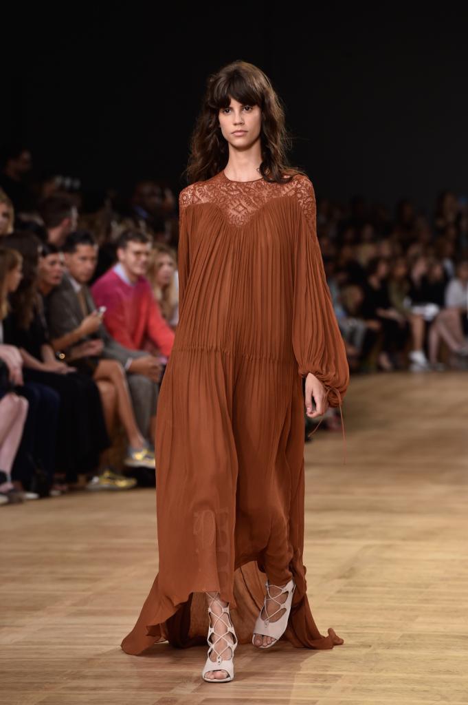 Chloè, PFW, collezione Primavera-Estate 2015: abito lungo in chiffon, color marrone-terracotta, riccamente drappeggiato