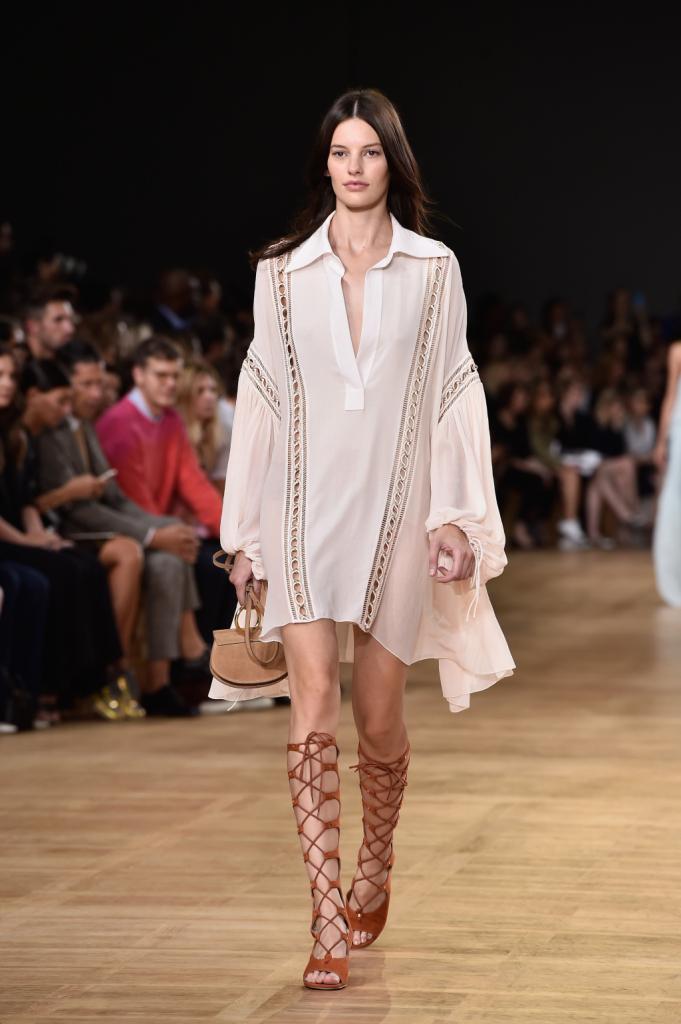 Chloè, PFW, collezione Primavera-Estate 2015: abito-chemisier bianco con maniche ampie e lavorazione traforata sulle maniche e laterali