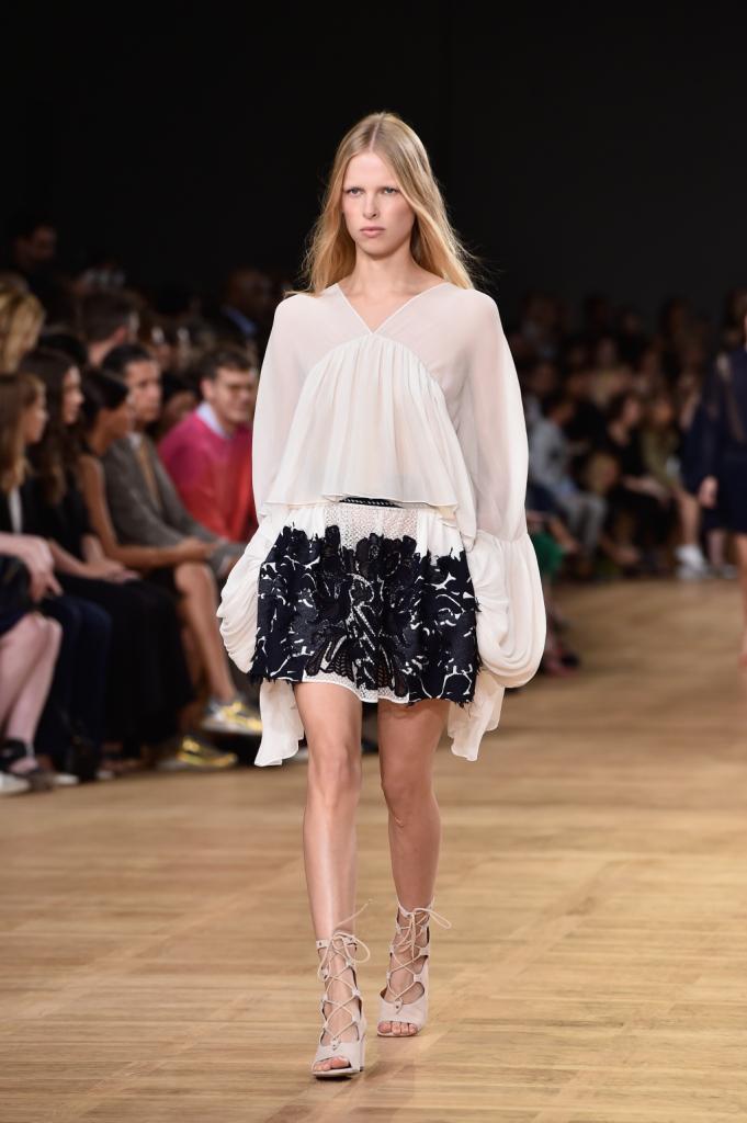 Chloè, PFW, collezione Primavera-Estate 2015: blusa in chiffon con maniche ampie e minigonna lavorata