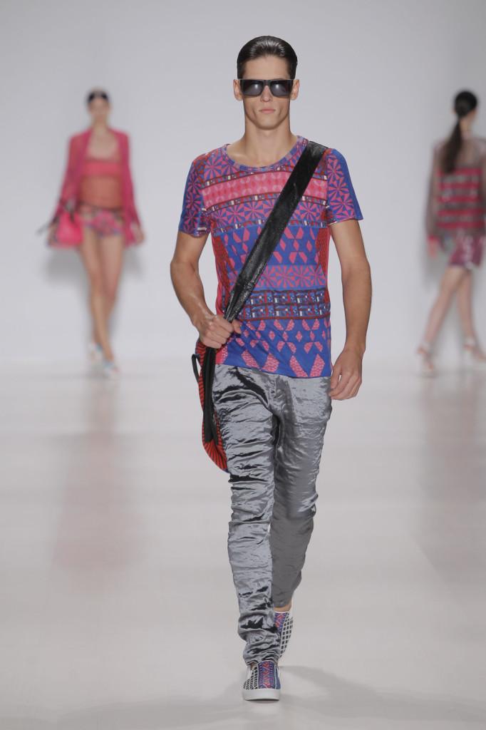 Anche la moda uomo di Custo Barcelona si accende con colori pop e pattern geometrici