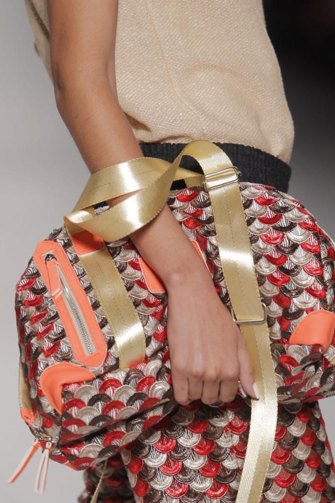 La donna Custo è regina del pendant: borsa e pantaloni sono abbinati alla perfezione