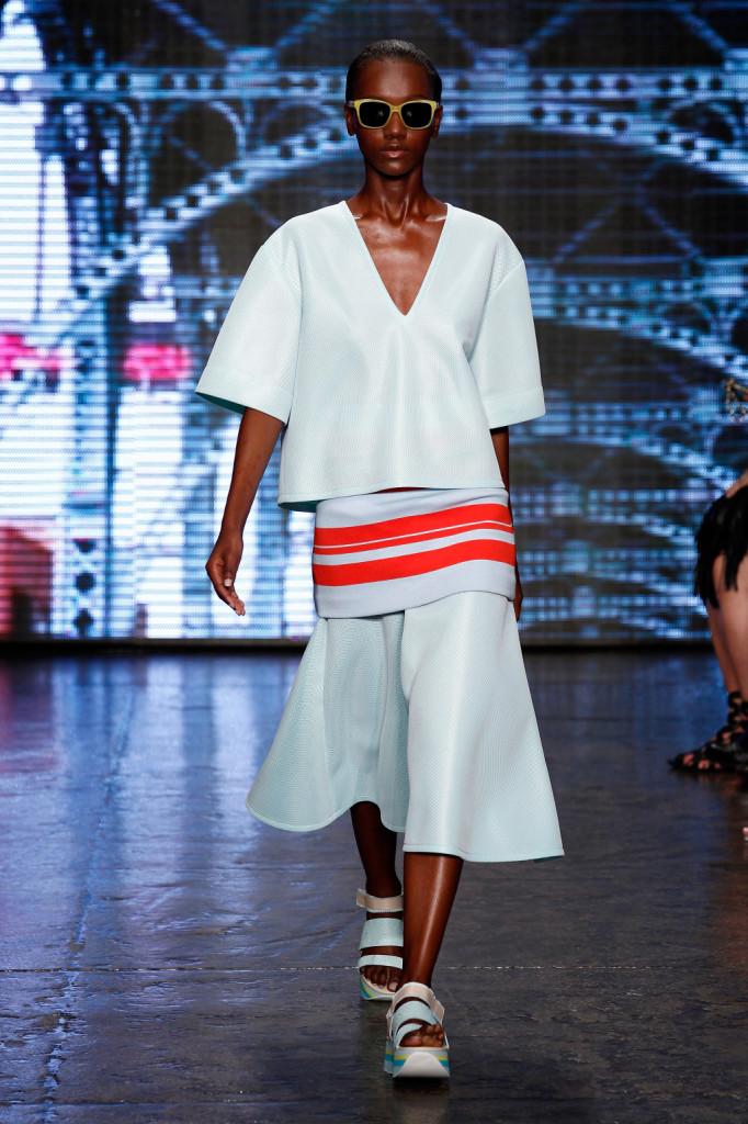 DKNY, gonna e maglia bianca su tunica a righe