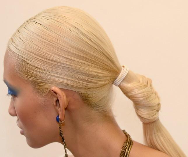 Raccolto complesso per Dannijo: l'hair stylist Rodney Cutler è stato ispirato dalle atmosfere tribali della collezione, creando una bellissima fishtail terminante con una coda dallo stile urban modern.