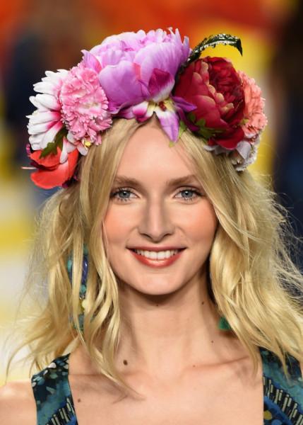 Capelli sciolti e ribelli per Desigual, con un accessorio che non passa inosservato: una corona di fiori dai toni vivacissimi.