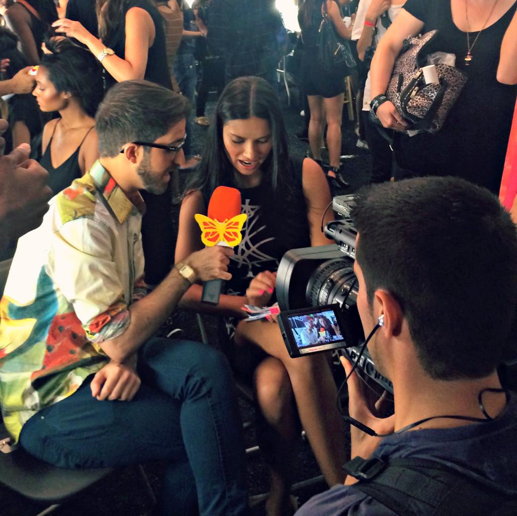 La top model Adriana Lima si concede per un'intervista nel backstage