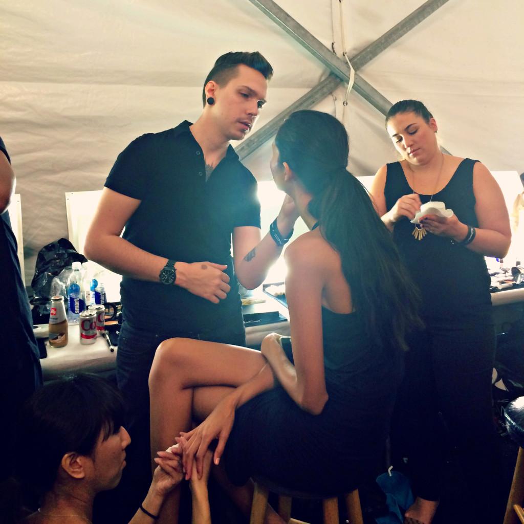 Makeup artist al lavoro per rendere l'incarnato perfetto