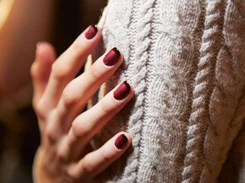 Nail art borgogna: perfetta per la stagione fredda. L'alternanza di finish lucido e satin dà un twist glamour alla solita french manicure