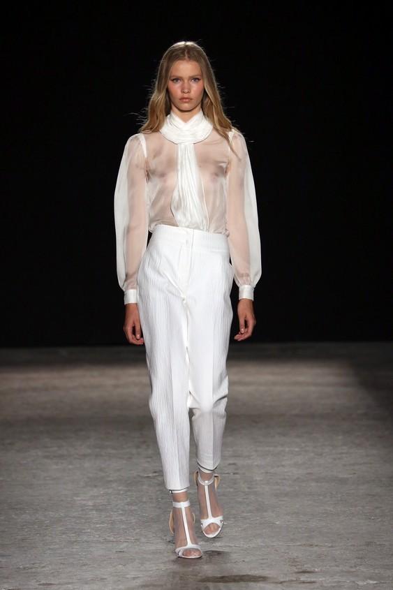 Look in total white: blusa e pantalone dal taglio dritto