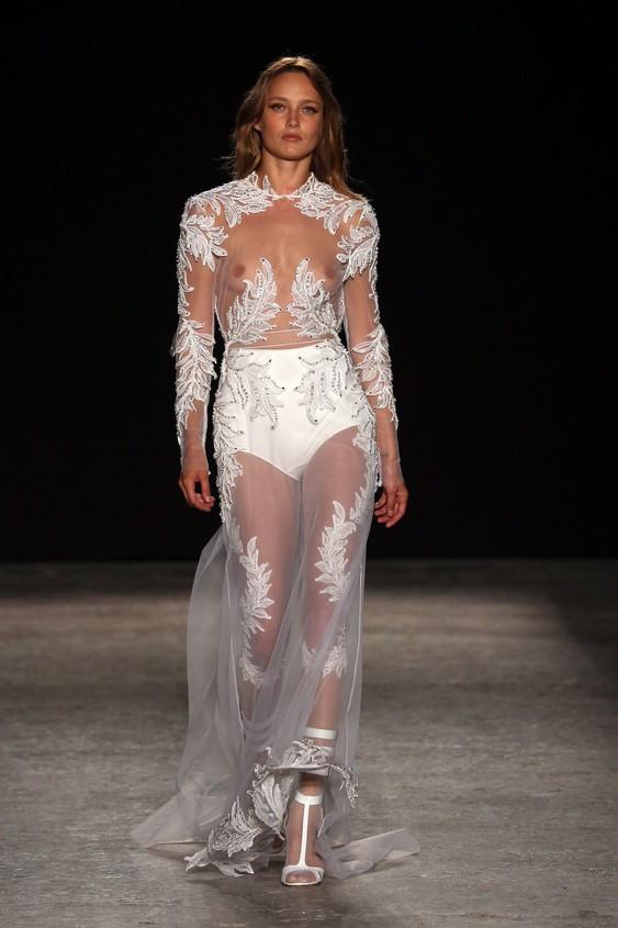 Abito trasparente bianco, dal  tessuto leggero, quasi e impalpabile in seta, con preziosi ricami  lavorati su antichi telai