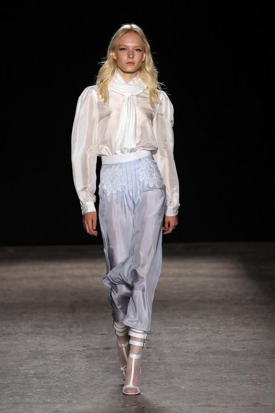 Blusa bianca in chiffon con pantalone a vita alta, azzurro