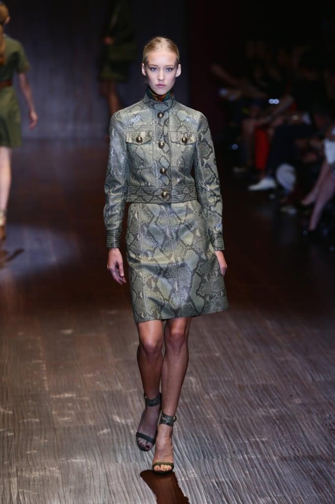Gucci, MFW, collezione Primavera-Estate 2015: completo con stampa in pitone, gonna più giacca con bottoni dorati