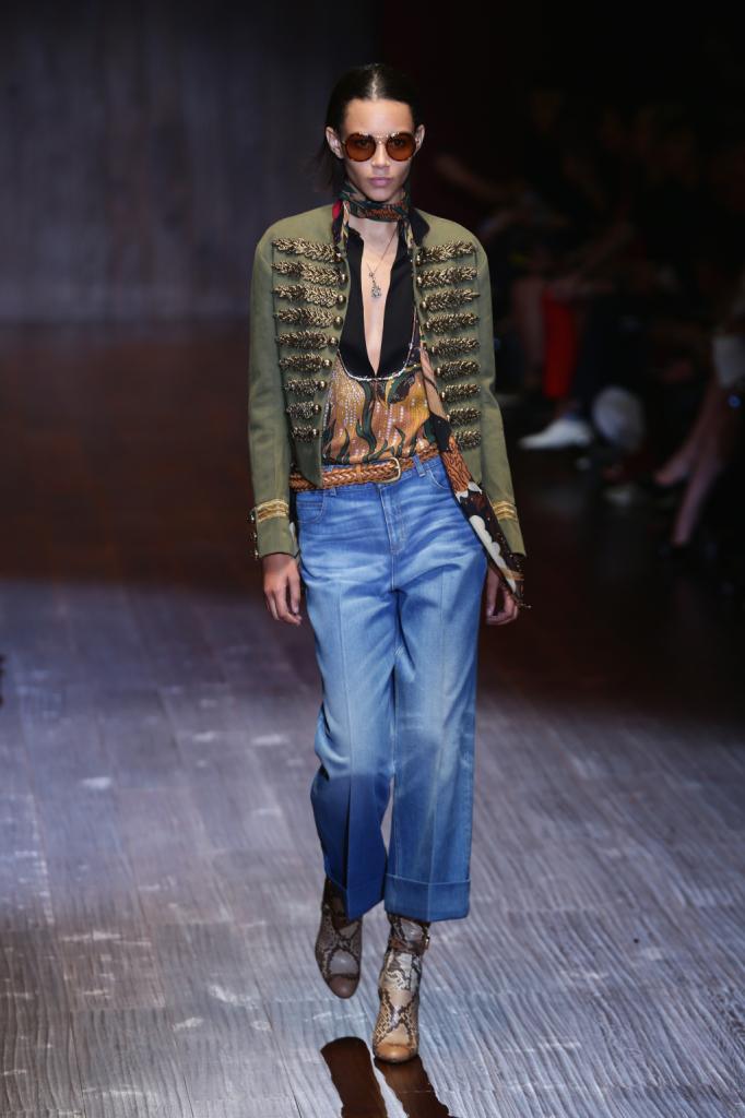 Gucci, MFW, collezione Primavera-Estate 2015: denim a palazzo con blusa fantasia e giacca verde in stile militare