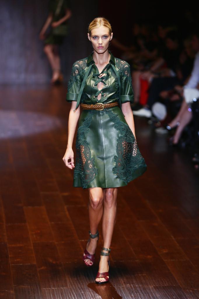 Gucci, MFW, collezione Primavera-Estate 2015: miniabito in pelle color verde muschio con intarsi effetto pizzo e rete, allacciatura alla francese sul petto e cintura di cuoio in vita