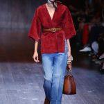 Maglia kimono in camoscio su jeans larghi