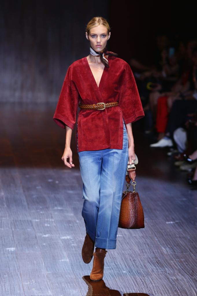 Gucci, MFW, collezione Primavera-Estate 2015: la maglia stile kimono rosso marsala è in camoscio ed è abbinata a un jeans baggy boyfriend, ad altezza caviglia portato largo e con risvolto
