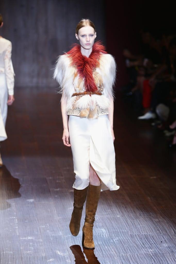 Gucci, MFW, collezione Primavera-Estate 2015: longuette bianca in seta e  top con stampa in pitone e inserti in pelliccia e piume, cintura intrecciata alta in vita