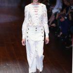 Pantalone stile militare bianco e blusa con pizzo