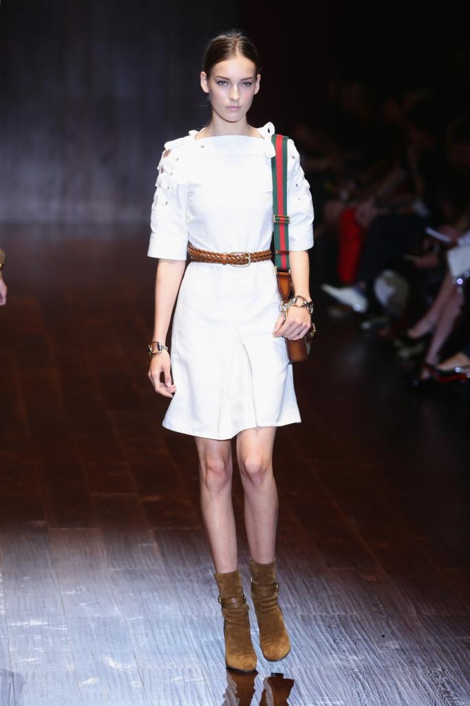 Gucci, MFW, collezione Primavera-Estate 2015: miniabito bianco con gonna leggermente svasata e  dettaglio maniche allacciate alla francese