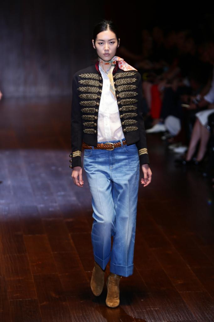 Gucci, MFW, collezione Primavera-Estate 2015: denim boyfriend oversize alla caviglia, giacca con dettagli militari dorati e foulard