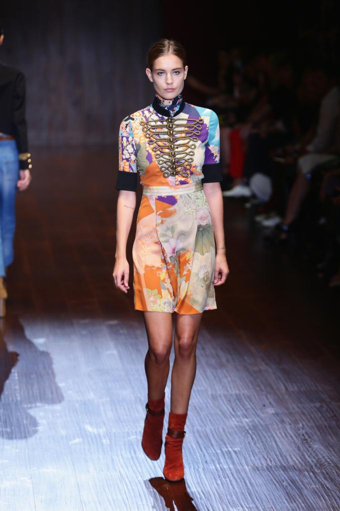 Gucci, MFW, collezione Primavera-Estate 2015: miniabito in seta patchwork con collo alla coreana e inserto militare dorato sul davanti