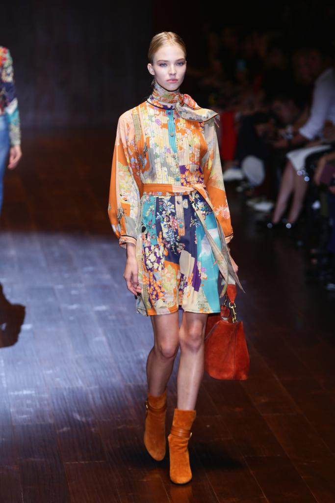 Gucci, MFW, collezione Primavera-Estate 2015: miniabito kimono in seta patchwork con colletto coreana e cintura in vita