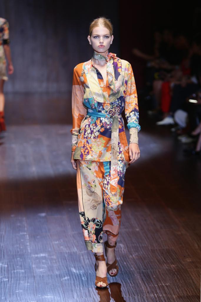 Gucci, MFW, collezione Primavera-Estate 2015: completo kimono in seta a fantasia orientale e fusciacca in vita