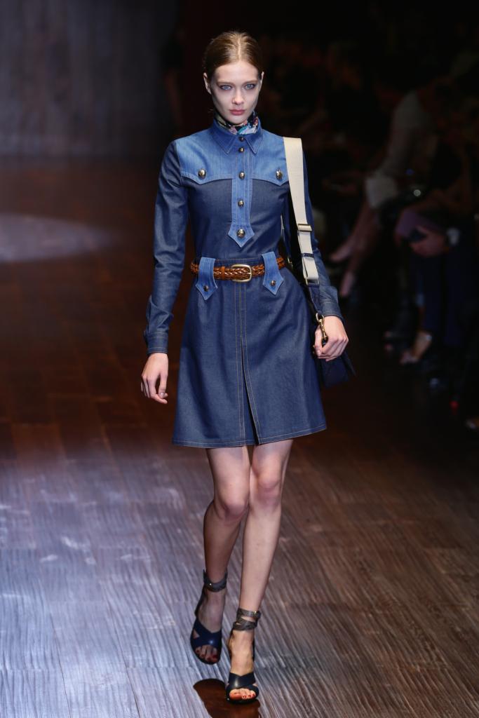 Gucci, MFW, collezione Primavera-Estate 2015: abito in denim stile militare con passanti in contrasto, cintura di cuoio intrecciata in vita