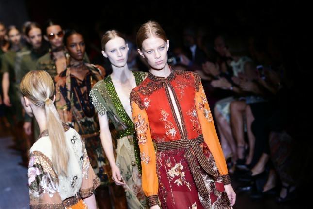 Per la collezione PE 2015 Gucci propone una donna hippie ma chic, con tessuti fluidi e leggeri, tra tradizione e innovazione