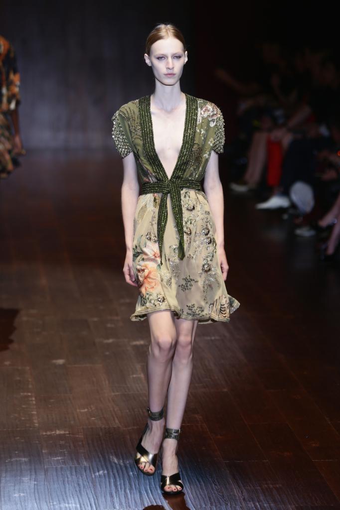 Gucci, MFW, collezione Primavera-Estate 2015: abito floreale in seta, con ampio scollo a kimono sul davanti, cintura e lavorazioni sulle maniche in cristalli e fantasia floreale orientale
