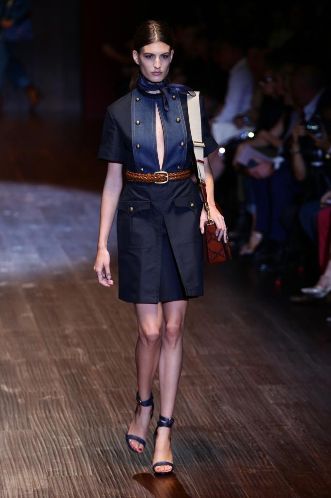 Gucci, MFW, collezione Primavera-Estate 2015: abito in denim con apertura a goccia sulla parte anteriore e bottoncini dorati con motivo militare