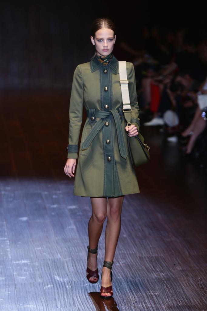 Gucci, MFW, collezione Primavera-Estate 2015: trench in stile militare in due tonalità del verde con bottoncini dorati e cintura in vita