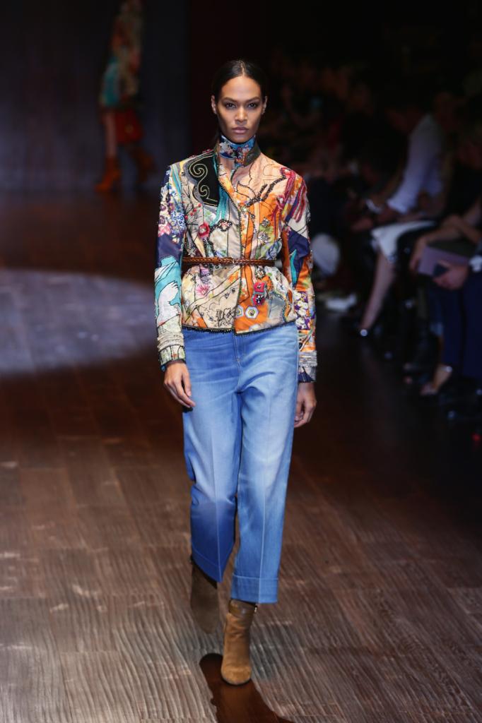 Gucci, MFW, collezione Primavera-Estate 2015: denim boyfriend alla caviglia e giacchino con collo alla coreana e adorni con lustrini