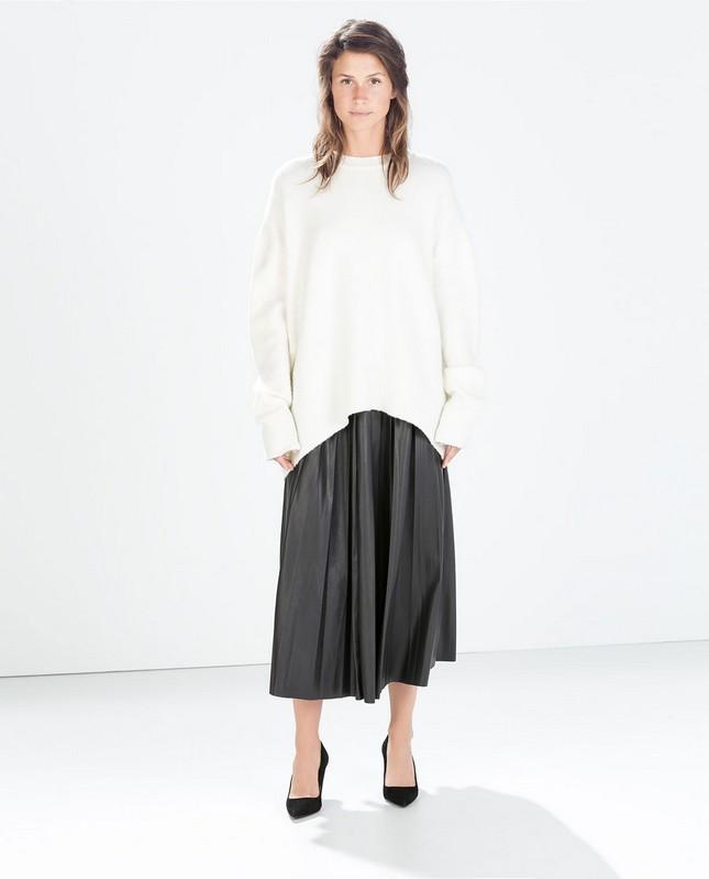 Maglione bianco oversize, e gonna nera a pieghe, di Zara; must have per l'autunno-inverno 2014-15