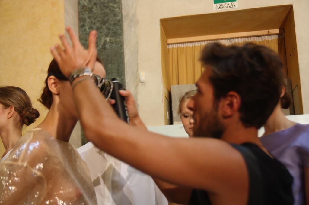 Le mani esperte dell'hairstylist donano perfezionano l'updo - Photo Credits: Giada Divisato