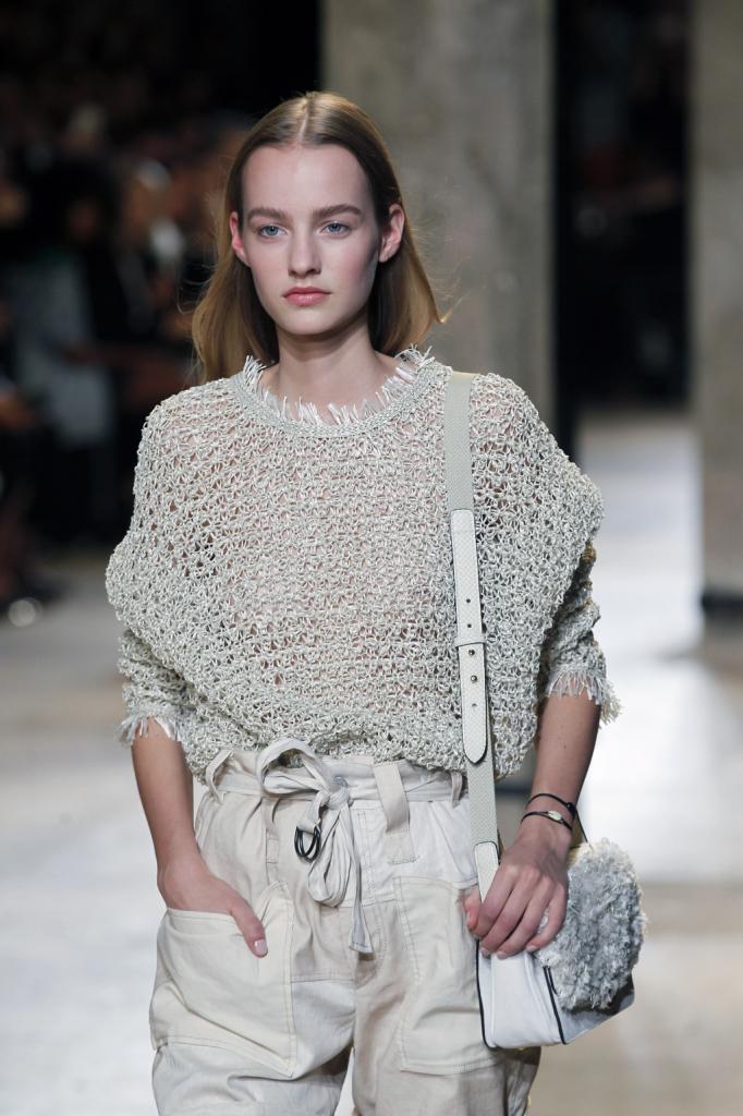 Isabel Marant, PFW, collezione Primavera-Estate 2015: maglia bianca a trama larga con bordi sfrangiati e pantaloni bianchi con coulisse in vita