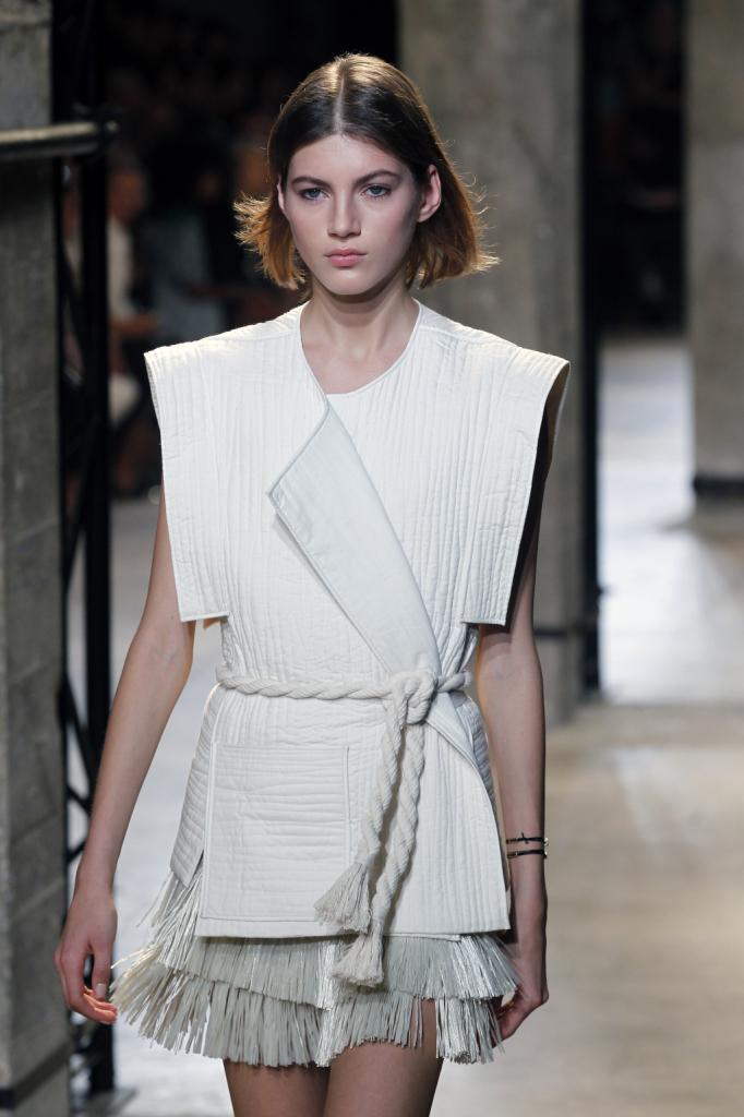 Isabel Marant, PFW, collezione Primavera-Estate 2015: top con manica corta kimono, cintura-cordone strizzata in vita e gonnellino bianco in rafia sfrangiato