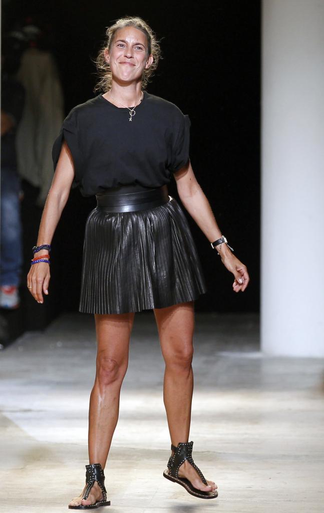 Isabel Marant, PFW, collezione Primavera-Estate 2015: la stilista francese saluta il pubblico a fine sfilata