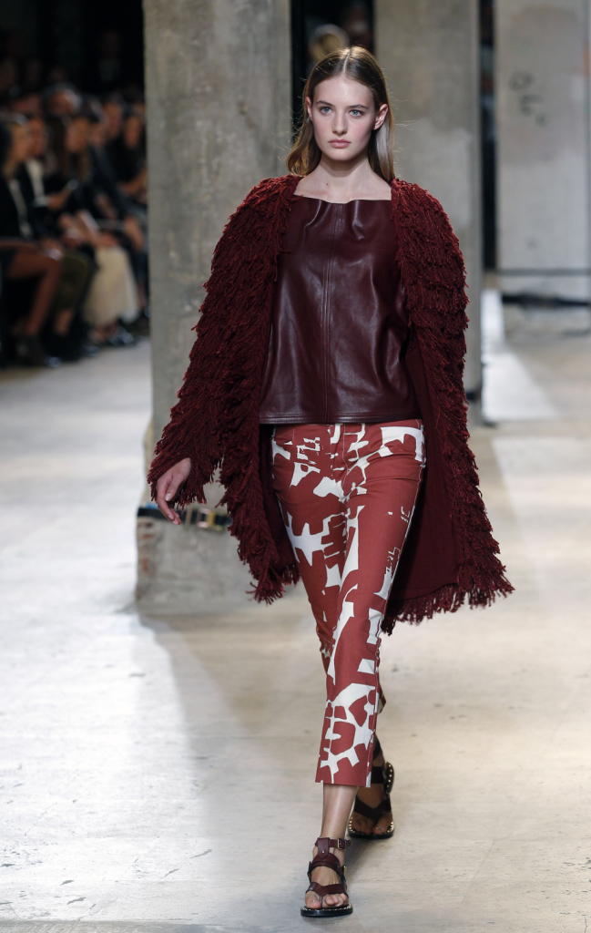 Isabel Marant, PFW, collezione Primavera-Estate 2015: pantaloni al ginocchio con stampa tribal, bianco e ruggine, blusa in pelle ruggine e cappotto oversize con lavorazione a frange