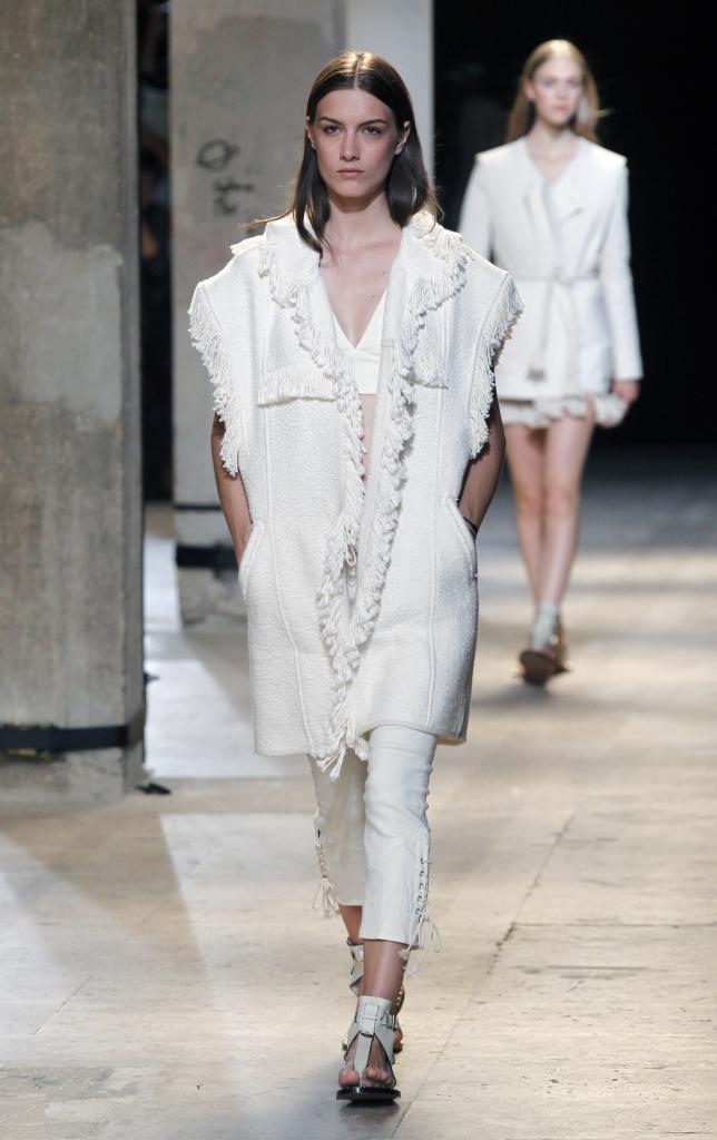 Isabel Marant, PFW, collezione Primavera-Estate 2015: pantalone e capospalla total-white, pantalone con allacciatura laterale e capospalla sfrangiato