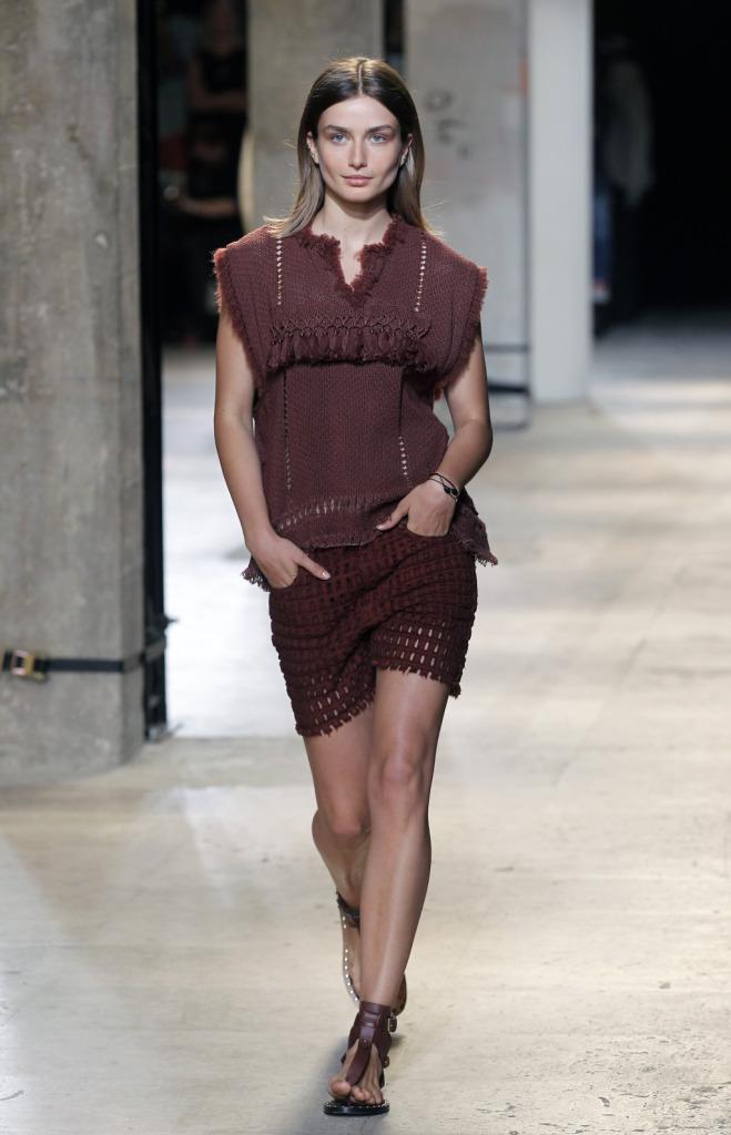 Isabel Marant, PFW, collezione Primavera-Estate 2015: shorts traforati e blusa con bordi sfrangiati e decori sulla parte anteriore, color rosa antico