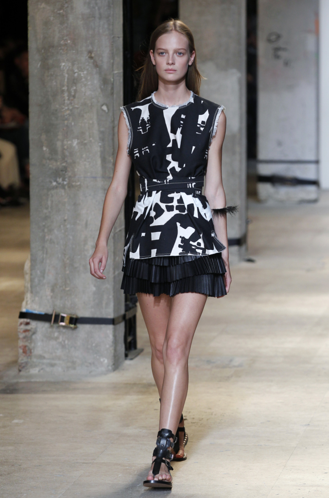 Isabel Marant, PFW, collezione Primavera-Estate 2015: tunica con stampa tribal bianca e nera, minigonna plissettata nera in pelle con balze