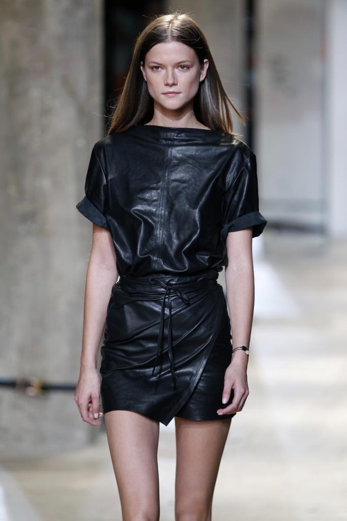 Isabel Marant, PFW, collezione Primavera-Estate 2015: miniabito in pelle nera con scollo a barchetta e gonna-portafoglio