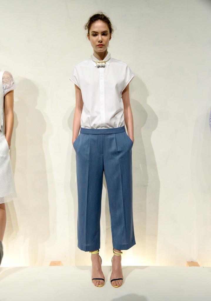 J. Crew, NYFW, Primavera-estate 2015: pantaloni chino blu carta da zucchero alla caviglia e camicia bianca a maniche corte in bianco optical. La collana è in corda